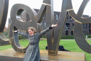 INHULDIGING 'AGELESS LOVE' VAN DELPHINE-grote belangstelling in de pers